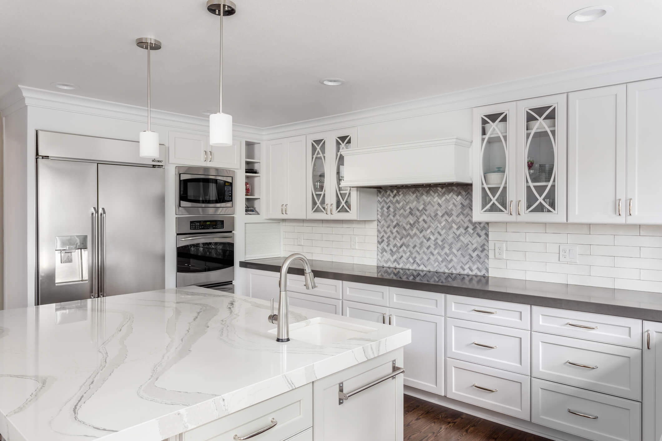 Pros and Cons of a Large Kitchen Island